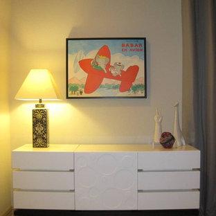 Idee per una cameretta per bambini da 1 a 3 anni moderna di medie dimensioni con pareti beige e moquette