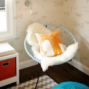 Diseño de dormitorio infantil de 1 a 3 años, moderno, de tamaño medio, con suelo de madera oscura y paredes beige
