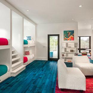 Ejemplo de dormitorio infantil actual, grande, con paredes blancas, suelo de madera pintada y suelo azul