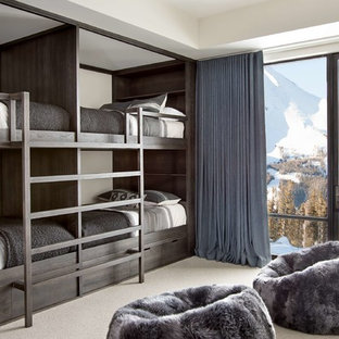 Modernes Jugendzimmer mit Schlafplatz, beiger Wandfarbe, Teppichboden und beigem Boden in Sonstige