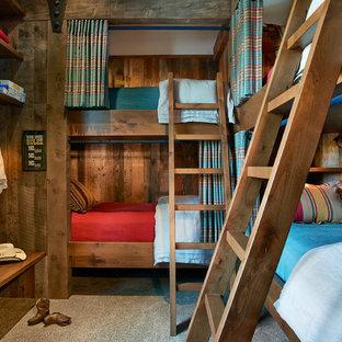 Rustik inredning av ett könsneutralt barnrum kombinerat med sovrum och för 4-10-åringar, med heltäckningsmatta
