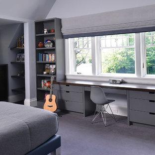Удачное сочетание для дизайна помещения: большая детская в стиле модернизм с спальным местом, серыми стенами, полом из коврового покрытия и серым полом для подростка, мальчика - самое интересное для вас
