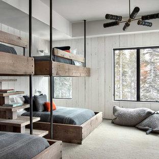 Rustikales Kinderzimmer mit Schlafplatz, weißer Wandfarbe, Teppichboden und beigem Boden in Sonstige