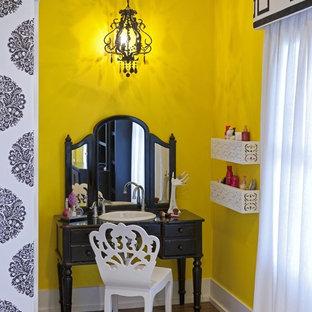 Modelo de dormitorio infantil bohemio con paredes amarillas y suelo de madera en tonos medios