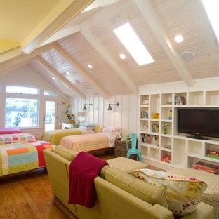 Exempel på ett stort klassiskt könsneutralt barnrum kombinerat med sovrum och för 4-10-åringar, med mellanmörkt trägolv och vita väggar