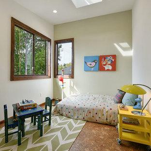 Inspiration pour une chambre d'enfant de 4 à 10 ans bohème de taille moyenne avec un sol en liège et un mur multicolore.