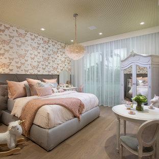 Diseño de dormitorio infantil de 4 a 10 años, bohemio, con paredes multicolor, suelo de madera en tonos medios y suelo marrón