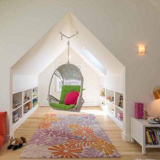 Idées déco pour une chambre d'enfant contemporaine avec un mur blanc, un sol en bois clair, un sol beige et un plafond voûté.
