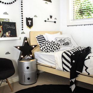 Immagine di una piccola cameretta per bambini da 4 a 10 anni eclettica con pareti bianche e moquette