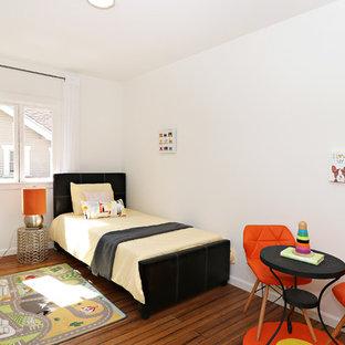 Idéer för mellanstora vintage pojkrum kombinerat med sovrum och för 4-10-åringar, med vita väggar, bambugolv och brunt golv