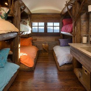 Foto di una cameretta per bambini rustica di medie dimensioni con parquet scuro e pavimento marrone
