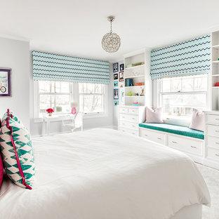 Klassisches Kinderzimmer mit Schlafplatz, weißer Wandfarbe und weißem Boden in New York
