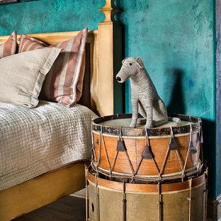 Ispirazione per un'ampia cameretta per bambini mediterranea con pareti multicolore, pavimento beige e pavimento in legno massello medio