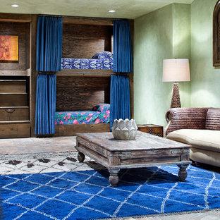 Diseño de dormitorio infantil mediterráneo, extra grande, con paredes multicolor y suelo beige