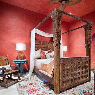Imagen de dormitorio infantil mediterráneo, grande, con paredes rojas y suelo blanco