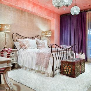 Idee per una grande cameretta per bambini mediterranea con pareti rosa, parquet chiaro e pavimento beige