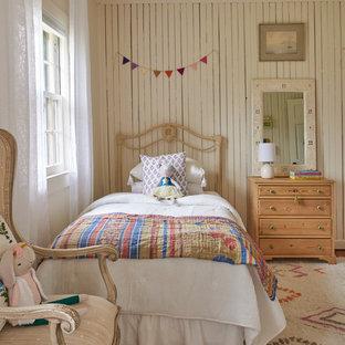 Пример оригинального дизайна: детская в стиле кантри с спальным местом, бежевыми стенами и панелями на части стены для ребенка от 4 до 10 лет, девочки