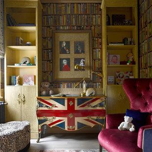 Kleines Eklektisches Kinderzimmer mit bunten Wänden, hellem Holzboden und grauem Boden in Moskau