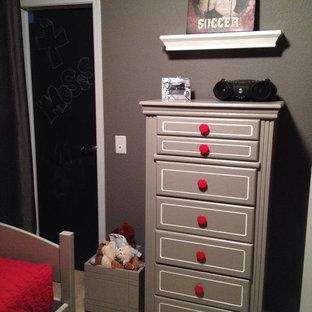 Idee per una piccola cameretta per bambini da 4 a 10 anni moderna con pareti grigie e moquette