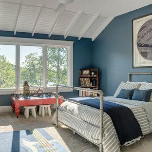 Cette image montre une grande chambre d'enfant urbaine avec un mur bleu, moquette et un sol beige.