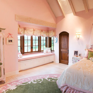 Ejemplo de dormitorio infantil de 4 a 10 años, clásico, con paredes rosas y suelo de madera clara