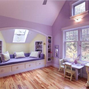 Idée de décoration pour une chambre d'enfant de 4 à 10 ans tradition avec un mur violet et un sol en bois clair.