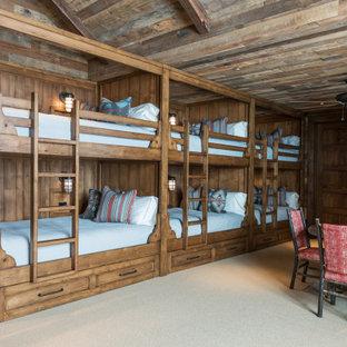 Inredning av ett rustikt könsneutralt barnrum kombinerat med sovrum, med bruna väggar, heltäckningsmatta och beiget golv