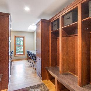 Ispirazione per una cameretta per bambini da 4 a 10 anni tradizionale di medie dimensioni con pareti beige, parquet chiaro e pavimento beige