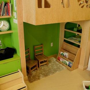 Foto di una cameretta per bambini da 4 a 10 anni minimal di medie dimensioni con pareti verdi, pavimento in vinile e pavimento beige