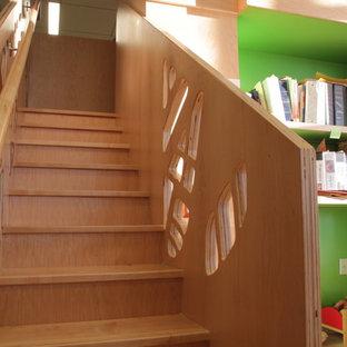 Esempio di una cameretta per bambini da 4 a 10 anni design di medie dimensioni con pareti verdi, pavimento in vinile e pavimento beige