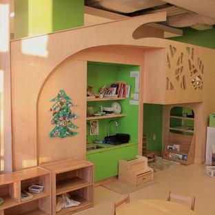 Ispirazione per una grande cameretta per bambini da 4 a 10 anni contemporanea con pareti verdi, pavimento in vinile e pavimento beige
