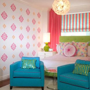 Immagine di una cameretta per bambini eclettica di medie dimensioni con pareti multicolore e parquet scuro