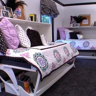 Aménagement d'une grande chambre d'enfant de 4 à 10 ans classique avec un mur blanc et moquette.