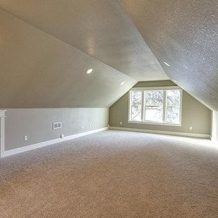 Ispirazione per una cameretta per bambini american style con pareti beige e moquette