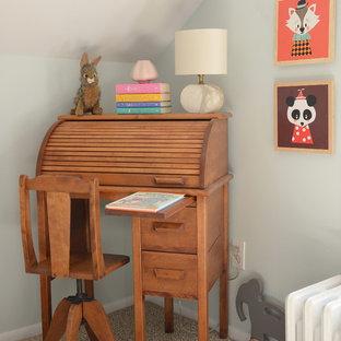 Exempel på ett modernt könsneutralt barnrum kombinerat med skrivbord och för 4-10-åringar, med grå väggar och heltäckningsmatta
