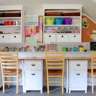Modelo de habitación infantil unisex campestre con escritorio y paredes blancas