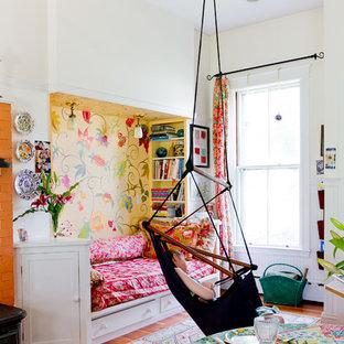 Idee per una cameretta per bambini da 4 a 10 anni bohémian con pavimento in legno massello medio e pareti multicolore