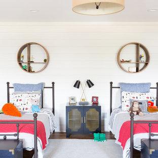 Cette photo montre une grand chambre d'enfant de 4 à 10 ans bord de mer avec un mur blanc et un sol en bois foncé.