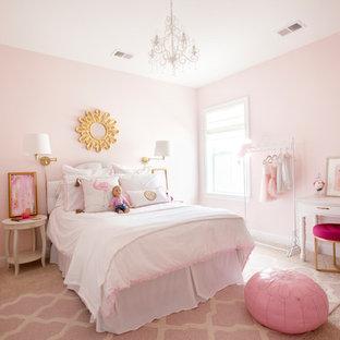 Immagine di una cameretta per bambini da 4 a 10 anni tradizionale con pareti rosa, moquette e pavimento rosa