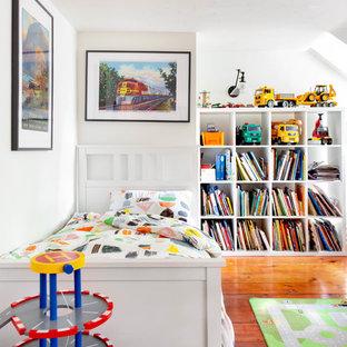 Foto di una cameretta per bambini da 4 a 10 anni country con pareti bianche, pavimento in legno massello medio e pavimento marrone