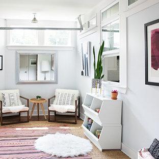 Foto di una cameretta per bambini country con pareti bianche e pavimento marrone