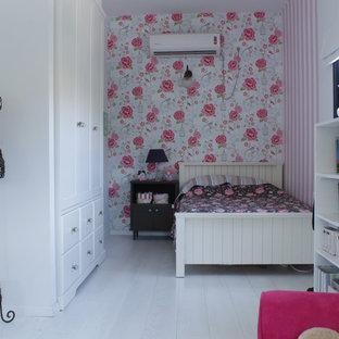 Foto de habitación de niña romántica con suelo de madera pintada y suelo blanco