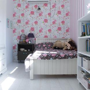 Modelo de dormitorio infantil ecléctico con suelo de madera pintada, suelo blanco y paredes multicolor