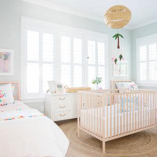 Exempel på ett maritimt barnrum kombinerat med sovrum, med gröna väggar, mellanmörkt trägolv och brunt golv