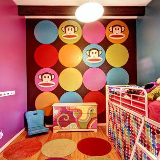 Cette image montre une chambre d'enfant vintage.