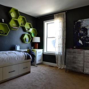 Idéer för att renovera ett mellanstort vintage barnrum kombinerat med sovrum, med svarta väggar och heltäckningsmatta