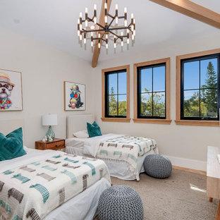Immagine di una cameretta per bambini country con pareti beige, pavimento in legno massello medio, pavimento marrone e travi a vista