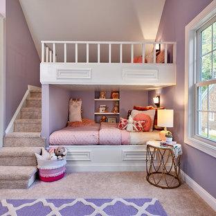 Idéer för att renovera ett mellanstort vintage flickrum kombinerat med sovrum och för 4-10-åringar, med lila väggar, heltäckningsmatta och beiget golv