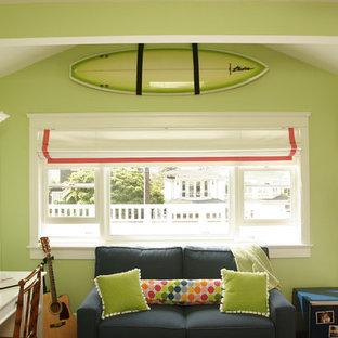 Ejemplo de dormitorio infantil marinero con escritorio y paredes verdes