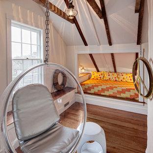 Modernes Jugendzimmer mit Schlafplatz, weißer Wandfarbe und braunem Holzboden in Chicago
